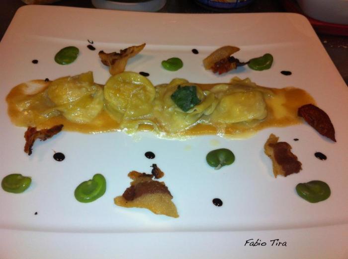 Ravioli al parmigiano su crema di pere, pancetta e fave