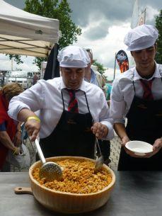 Pasta condita in una forma scavata di Parmigiano- Reggiano