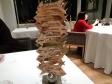 Restaurante La Cabra, Madrid. Le Frecce di Legno con i Nomi dei Paesi e i Chilometri di Distanza. Foto di Giorgio Dracopulos Critico Gastronomico